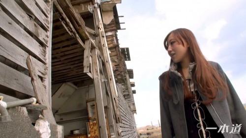 廃墟の横に佇む美侑佳ちゃん