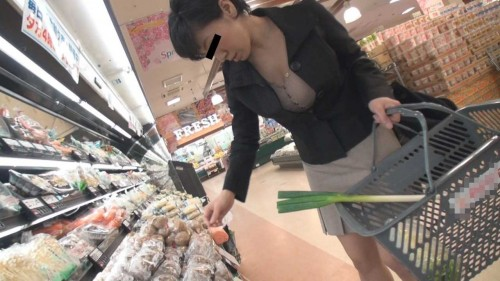 スーパーで買い物する人妻