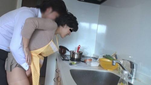 料理する人妻の後ろから股間をまさぐる