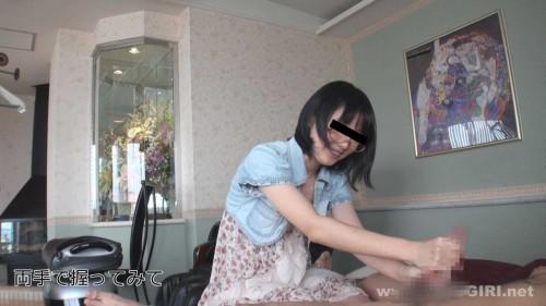 ユリちゃんは両手でチンポを握って弄ぶ