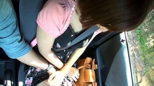 車内で人妻の太ももを触る