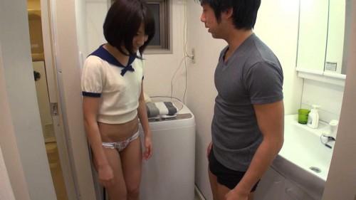 成宮ルリと一緒に服を下から脱衣する