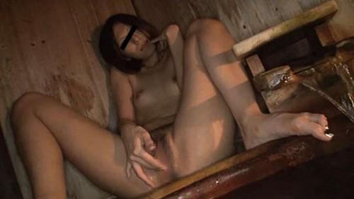 温泉でM字開脚でオナニーする人妻