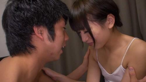 笑い合い目をつむってキスをする直前
