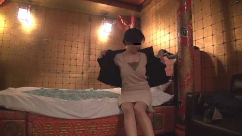 SMルームのあるラブホのベッドに座る爆乳熟女