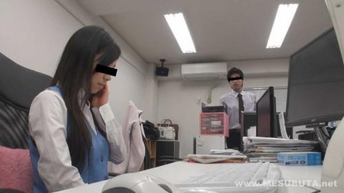 黒髪ロングのOLが上司の男に仕事の失敗を叱責される