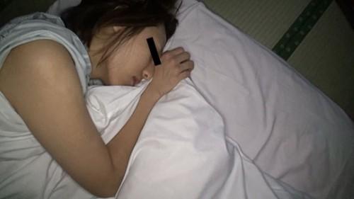 温泉旅館で寝ている人妻のすっぴんの顔を眺める