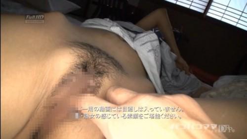 寝ている人妻のマンコのワレメを指で触って悪戯する