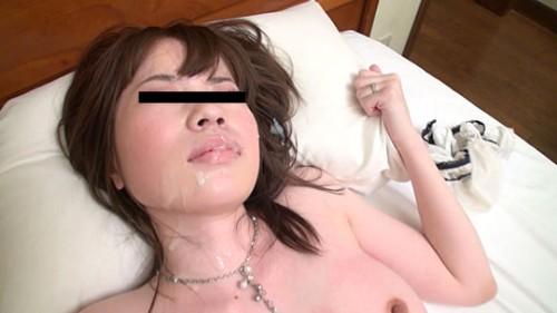 顔射されて口元から首筋を精液で汚す人妻
