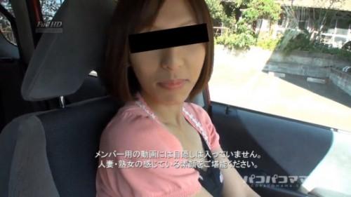 家の近くまで送ってもらい車の中で話をする人妻