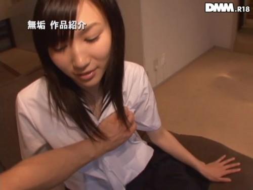 ちえちゃんがセーラ服の上から小ぶりの胸を掴むように揉まれる