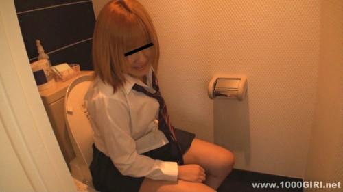 金髪女子校生がトイレで用をたす