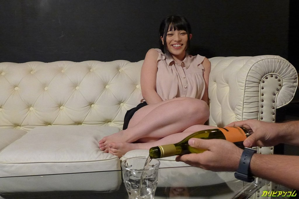 上原亜衣が白ワインをご馳走になってグラスに注がれる