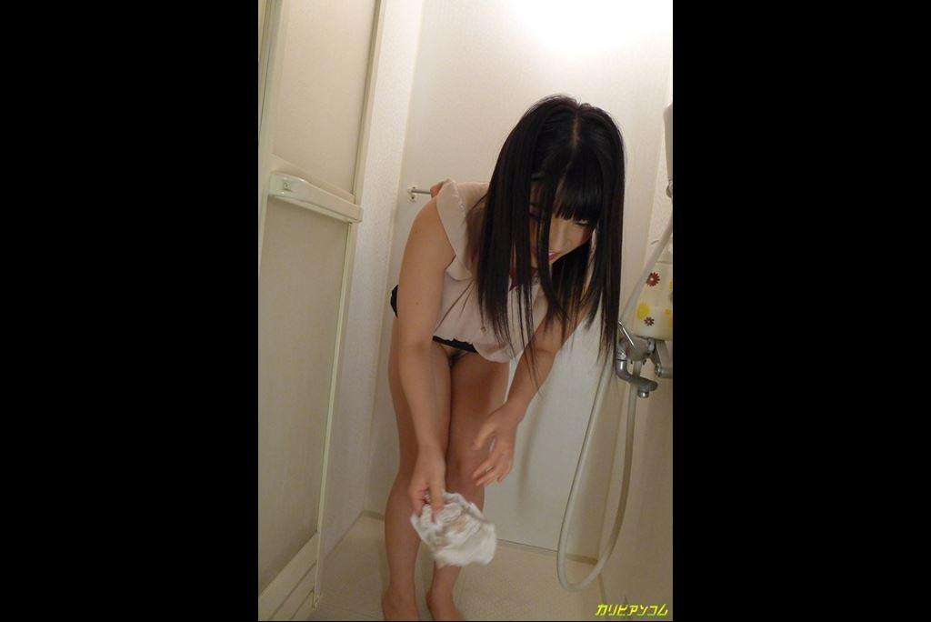 シャワールームでオシッコする前にパンツを脱ぐ上原亜衣