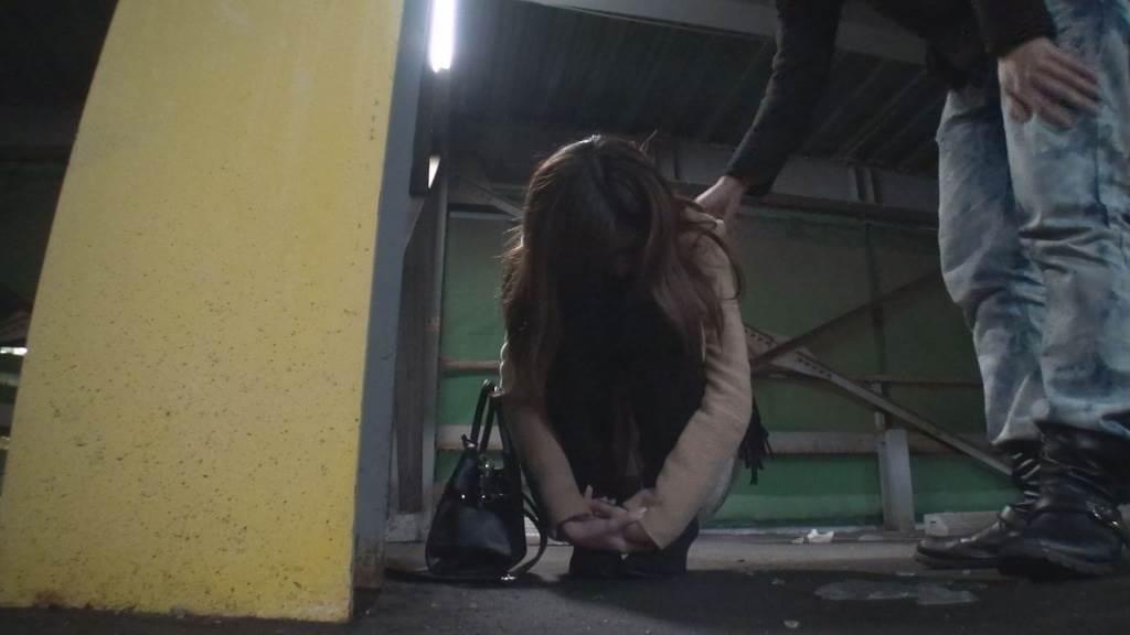 駐車場で酔い潰れている女子大生風の女の子に声をかける