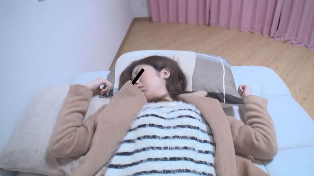 ベッドで気持ち良さそうに寝ている女子大生風の女の子