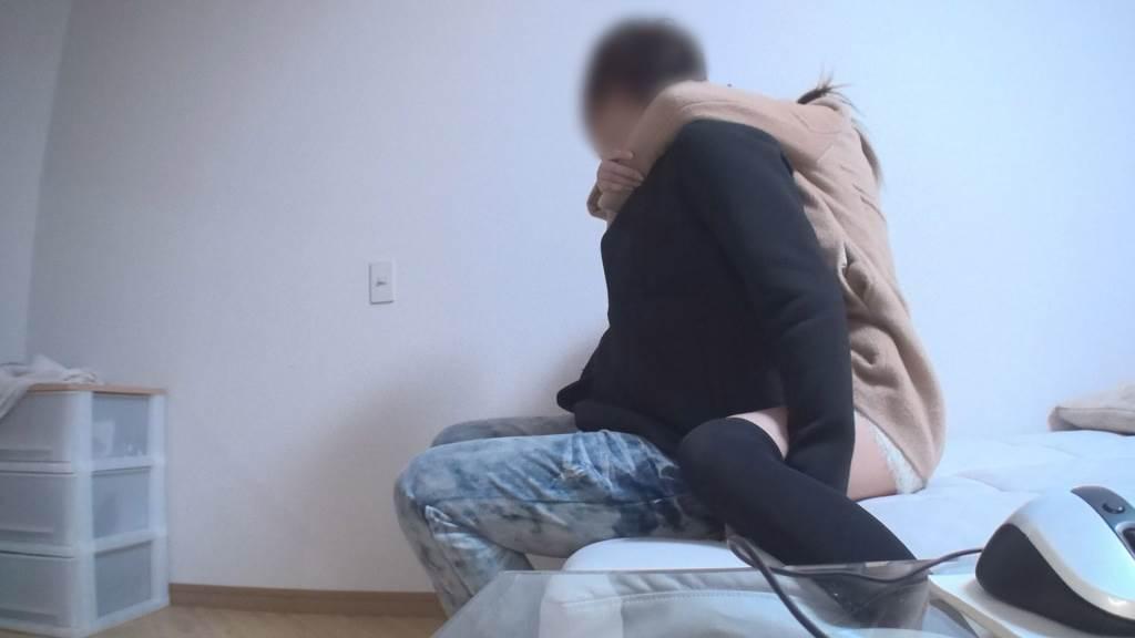 部屋まで女の子をおぶって運びにベッドに降ろして横にする