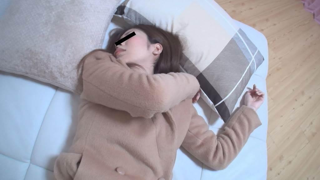 コートを着たまま枕とクッションの間に寝ている女の子