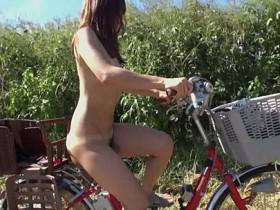 戸塚真弓が全裸で自転車に乗ってペダルを漕ぐ