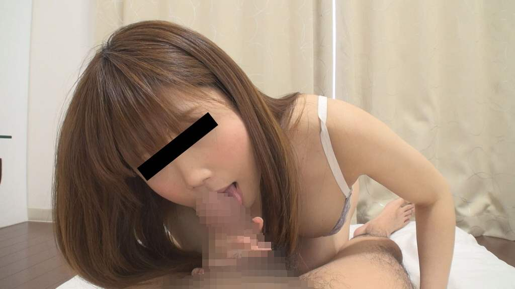 下着姿の巨乳女子が亀頭や裏筋とカリ首などを舐め回す