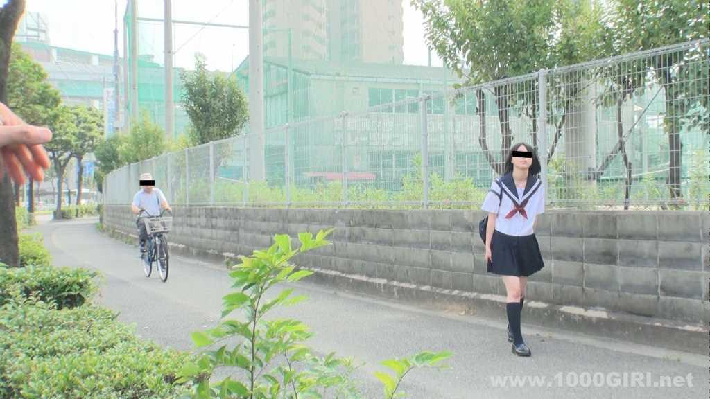 路地を歩くセーラー服の女子校生を顔見知りの男が呼び寄せる