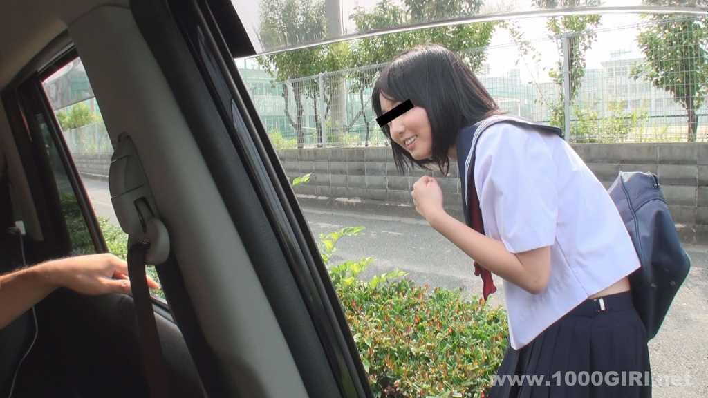車の窓越しに挨拶してはにかむセーラー服の女子校生
