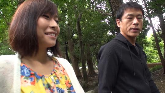 風見ひかりが自然豊かな公園を男優さんと話をしながら散歩する