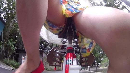 ノーパンで自転車を乗る風見ひかりの太ももとサドルに密着する股間