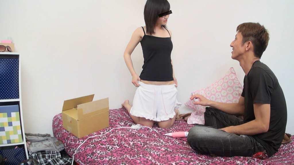 誤配達された荷物を届けてくれた男を部屋に誘い目の前でショーパンを脱ぎ始める