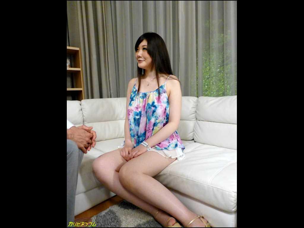 立川理恵がソファーに座ってインタビューに答える