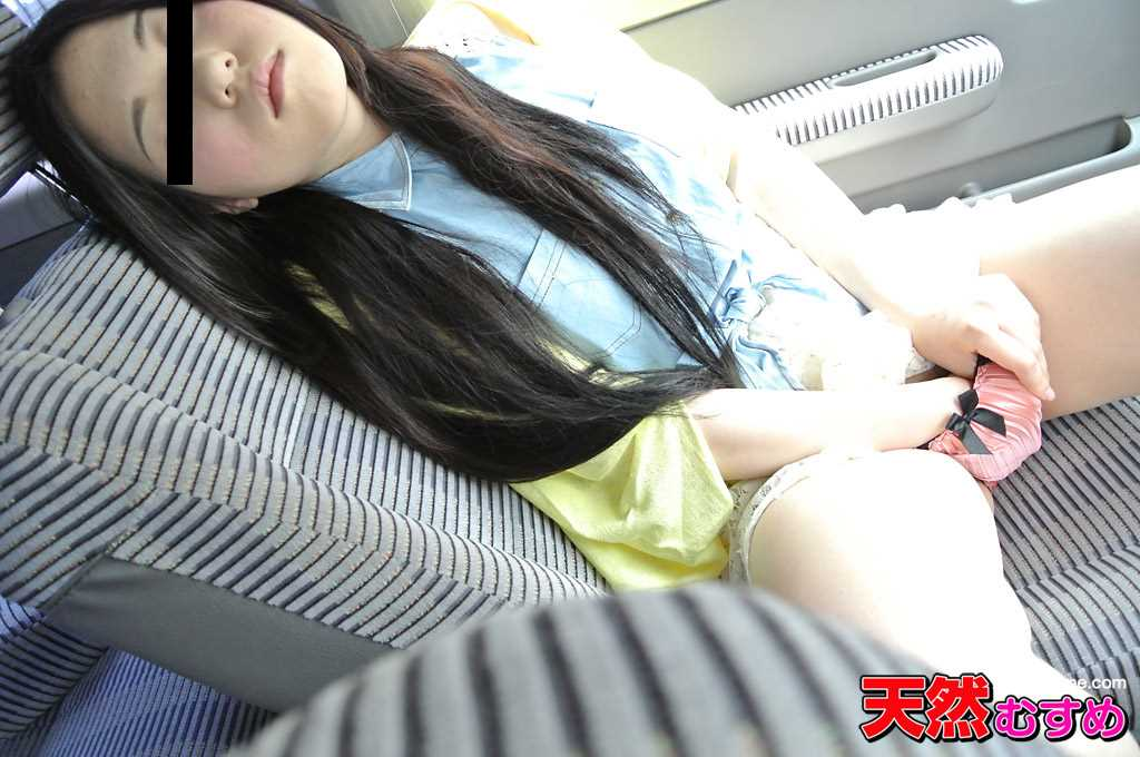 姫宮ありさが車の助手席でパンツの中に手を入れてオナニー