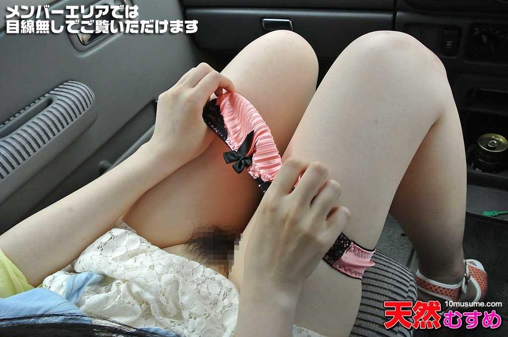姫宮ありさが車の助手席でパンツを太ももまで下ろして陰毛が見える