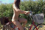 全裸自転車でマン汁垂らす人妻の野外露出やド淫乱SEX